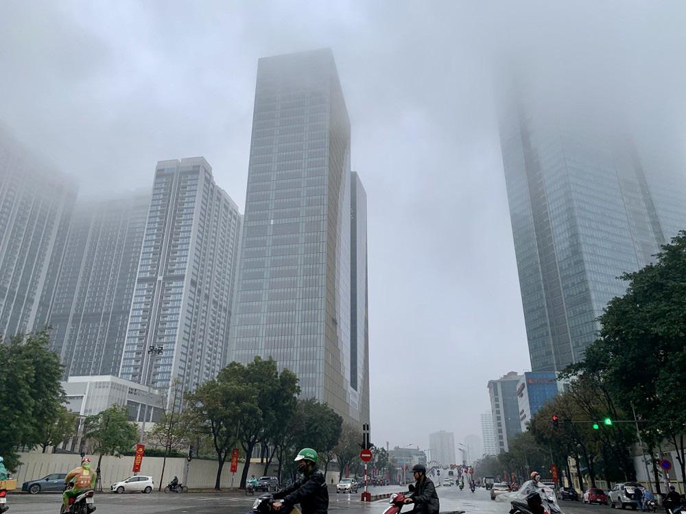 Nhiều tòa nhà cao tầng bị bao phủ trong sương mù