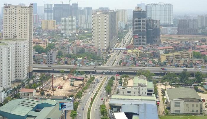tuyến đường giao thông ùn tắc, xung quanh là nhiều tòa nhà cao tầng