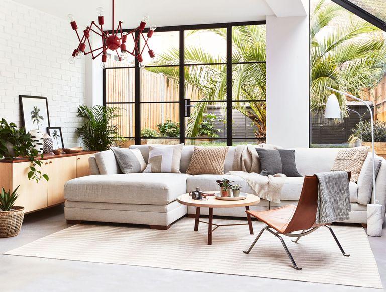 sofa màu trắng trong phòng khách