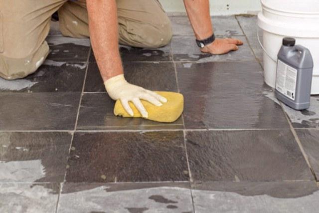 người đàn ông đang vệ sinh sàn nhà
