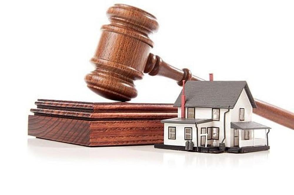 một ngôi nhà, một quyển sách luật, một búa thẩm phán
