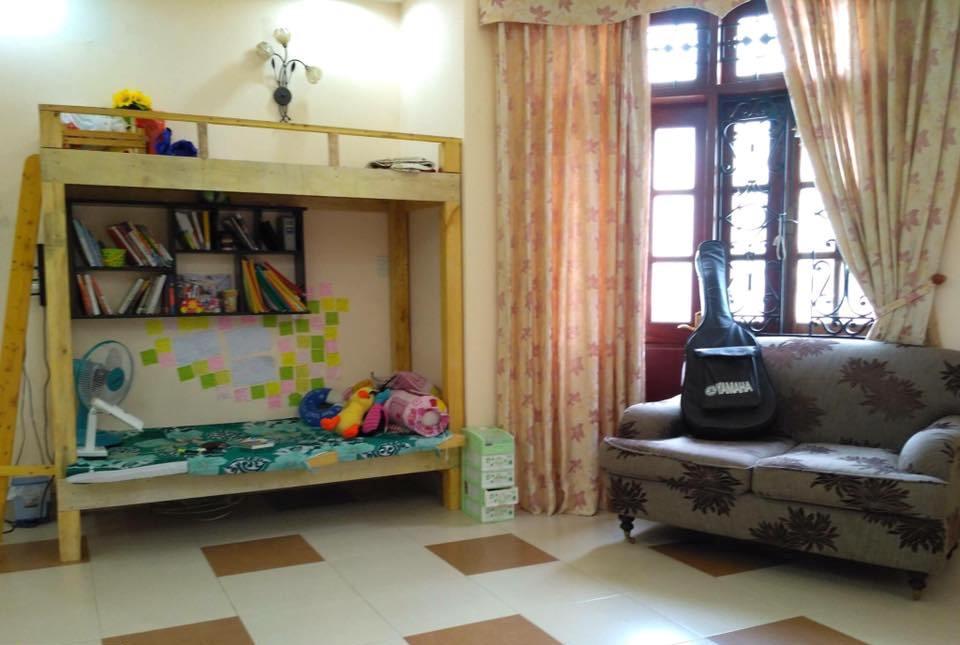 Một homestay của nhà đầu tư 9x cho thuê lại, giường tầng kết hợp giá sách, sofa cạnh cửa sổ.