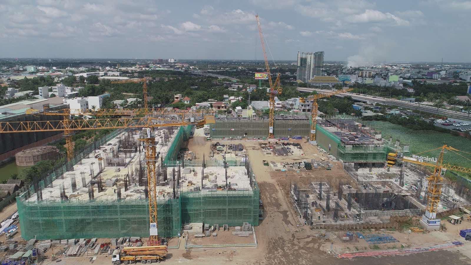 Công trường dự án bất động sản đang triển khai dang dở.