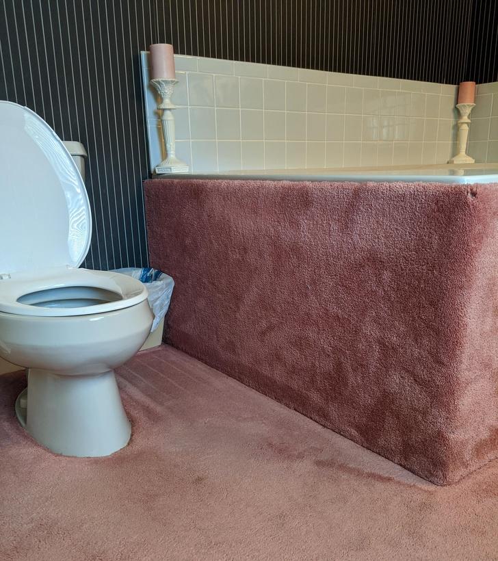 phòng tắm trải thảm màu hồng