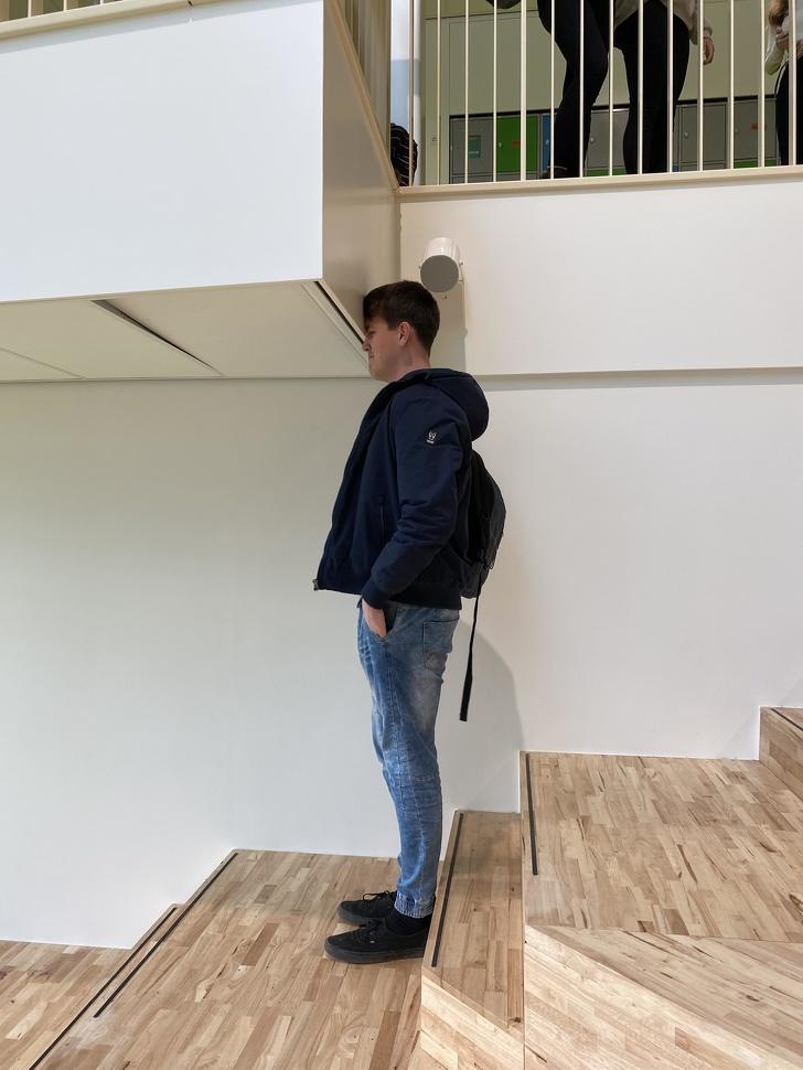 người đàn ông đứng trên cầu thang