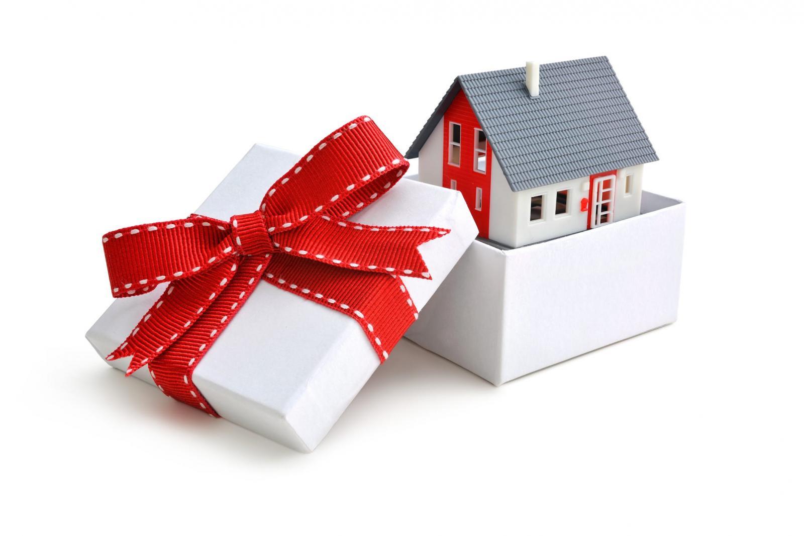 một ngôi nhà được gói trong hộp quà