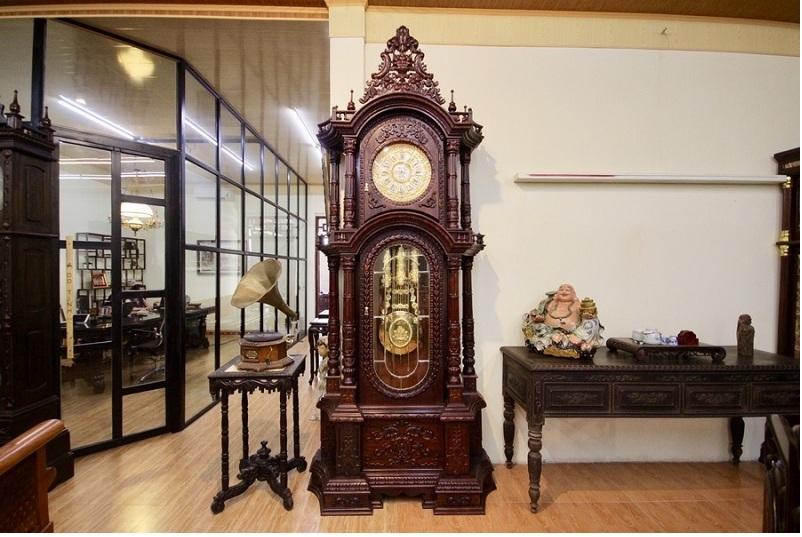 Chiếc đồng hồ quả lắc lớn bằng gỗ đặt trong phòng khách.