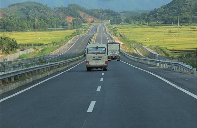 tuyến cao tốc có xe oto đang chạy