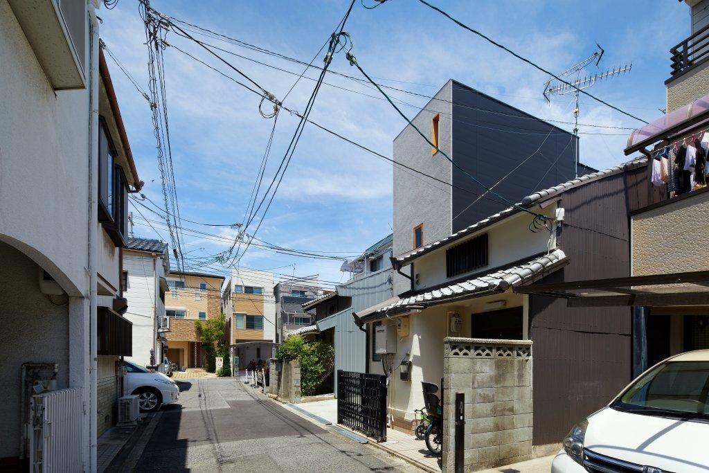 Cầu thang gỗ đa năng trong nhà phố nhỏ ở Nhật