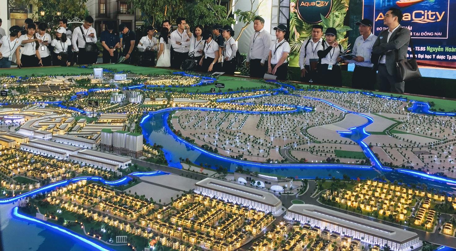 Nhiều người đứng xem sa bàn một dự án đô thị lớn của doanh nghiệp bất động sản.