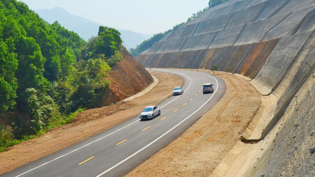 đường cao tốc có 3 xe ô tô đang chạy