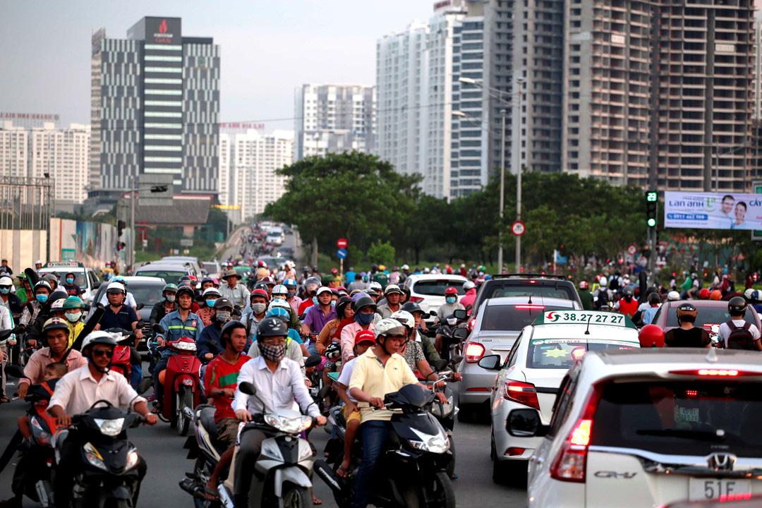 nút giao Nguyễn Văn Linh - Nguyễn Hữu Thọ đang ùn ứ nhiều phương tiện giao thông
