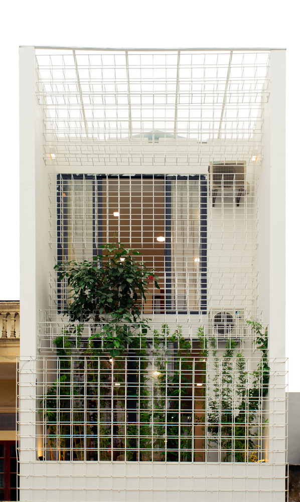 lưới thép vuông ở mặt tiền nhà