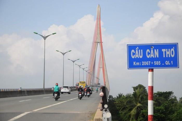 cầu Cần Thơ có xe máy đang chạy