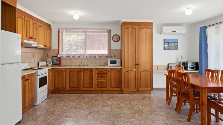 nội thất căn bếp với tủ gỗ, bàn ăn, tủ lạnh