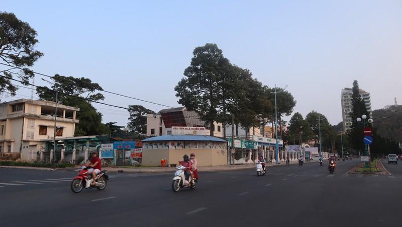 nhiều xe máy đang đi lại trên đường trong thành phố