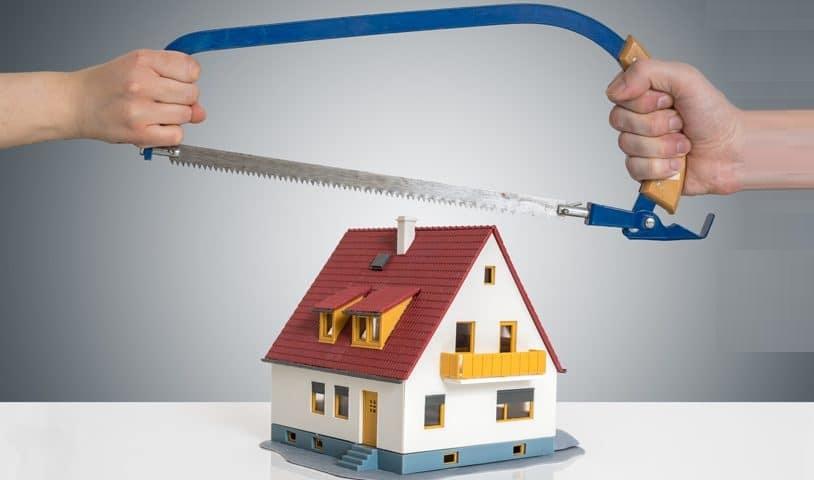bên trên là 2 bàn tay cầm cái cưa, phía dưới là mô hình ngôi nhà