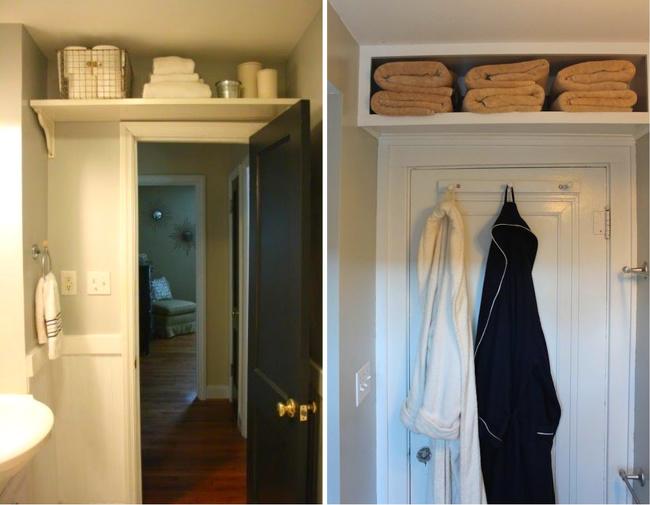 kệ lưu trữ đồ phía trên cánh cửa trong phòng tắm nhỏ