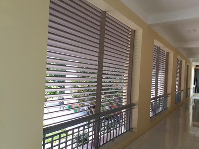 Lam lá liễu có thể di động để điều chỉnh cường độ ánh sáng chiều vào nhà.