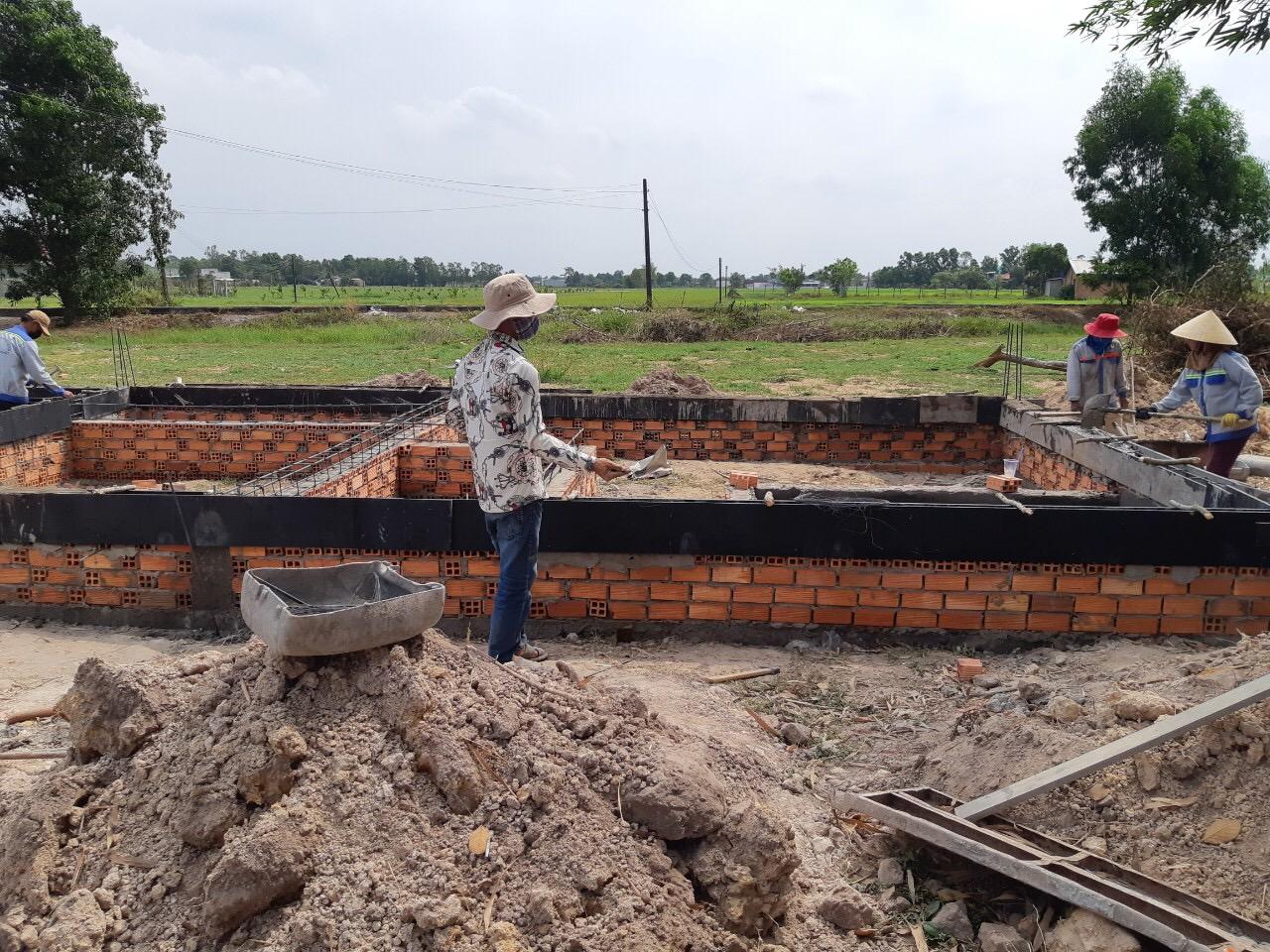 Công nhân xây dựng trong một dự án đất nền sau khi nới lỏng giãn cách xã hội vì Covi-19.