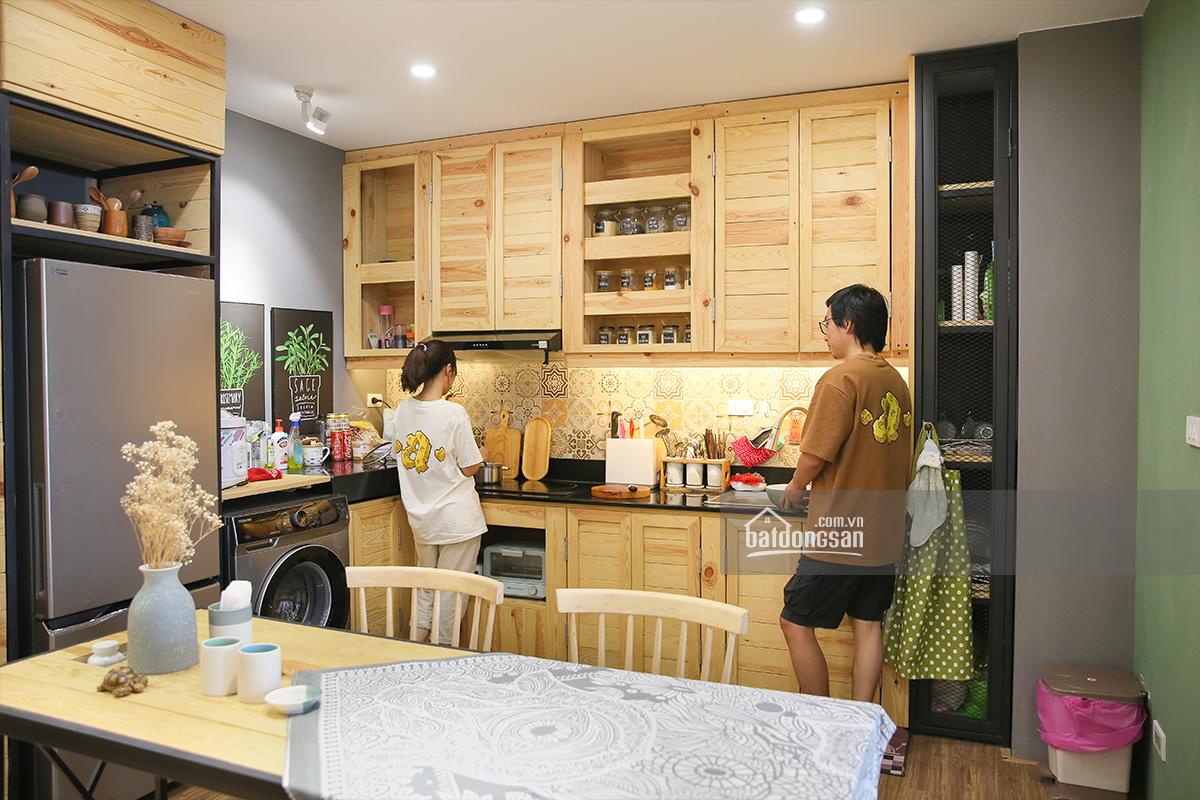 2 vợ chồng đang nấu nướng