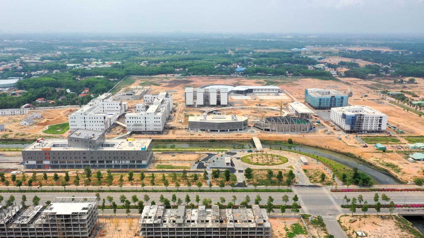 Một khu đất có nhiều công trình đang xây dựng