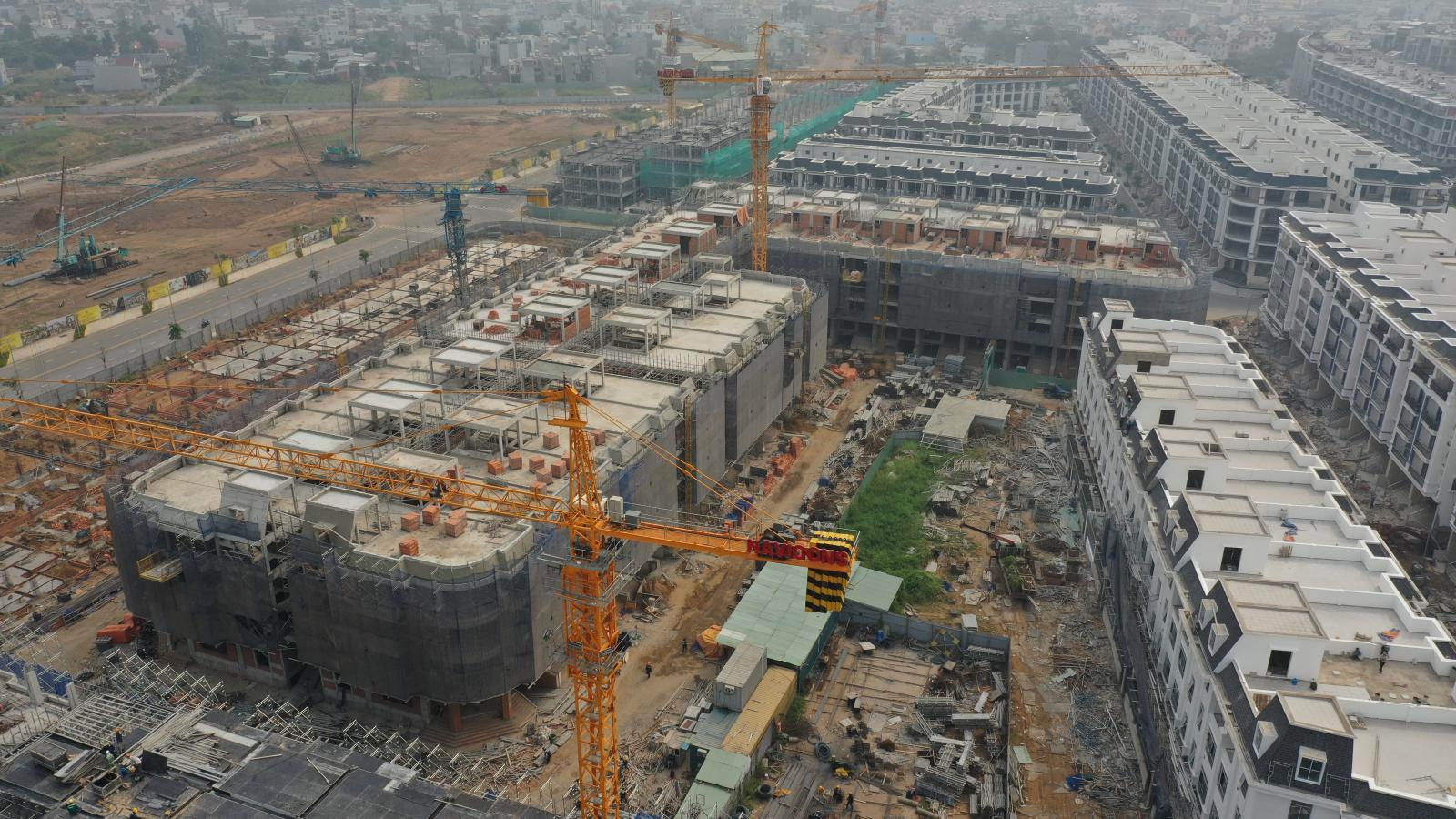 Công trường một dự án khu đô thị với tòa căn hộ đang xây dựng, giá bán căn hộ sẽ khó giảm trong năm nay.