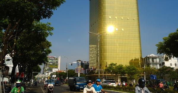 tòa nhà lắp kính vàng phản quang gây chói mắt