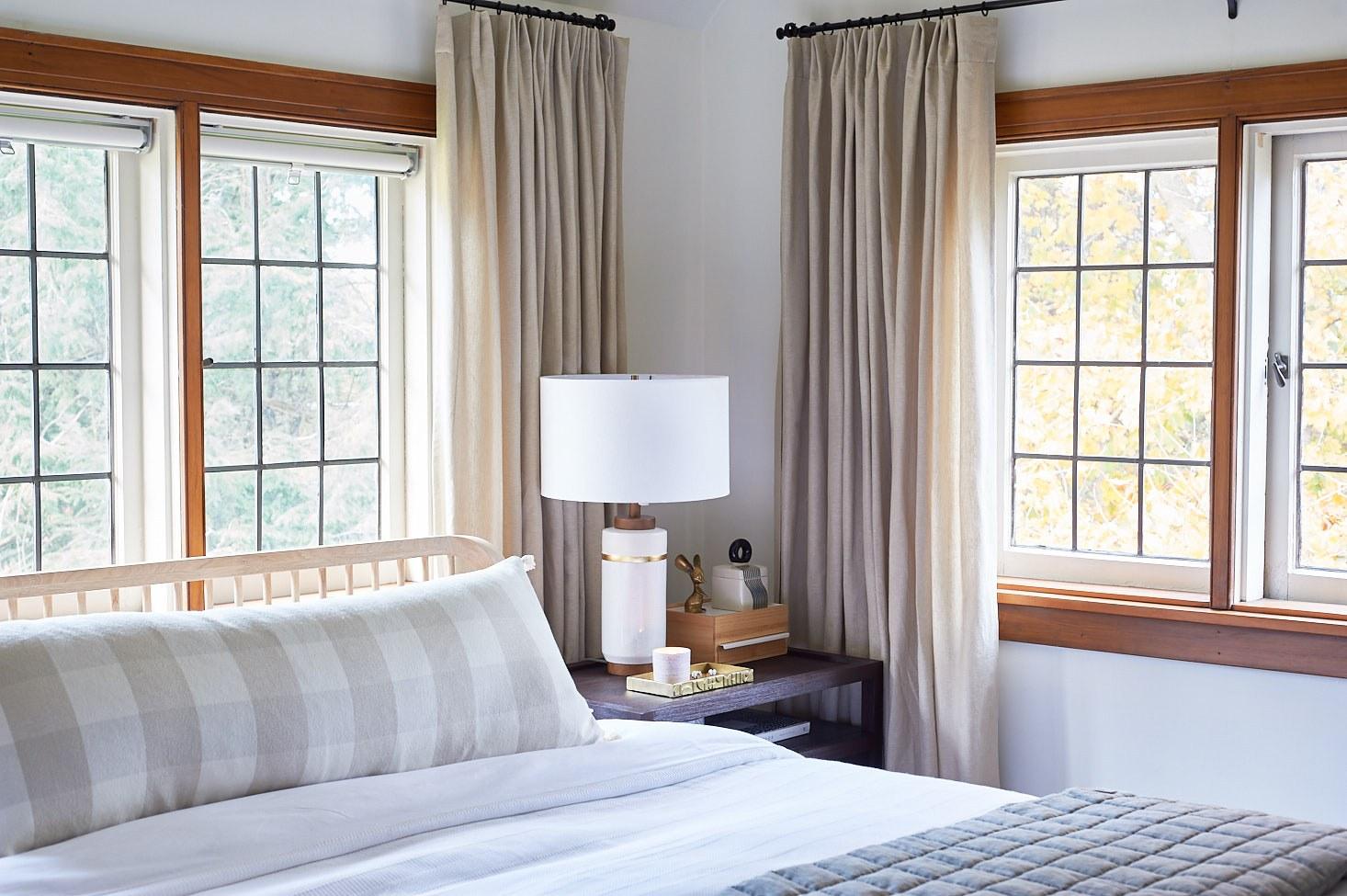 phòng ngủ có 2 cửa sổ