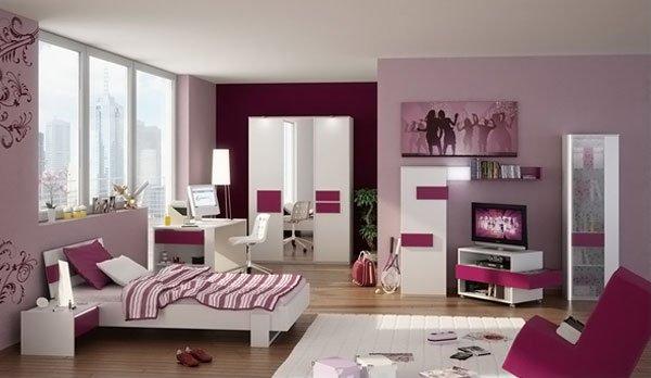 Phòng ngủ tông hồng có giường, bàn ghế, kệ tủ, cửa sổ