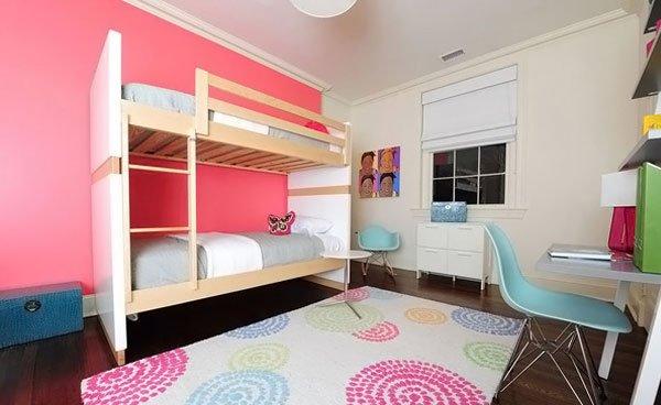 Phòng ngủ có giường tầng, bàn ghế, thảm