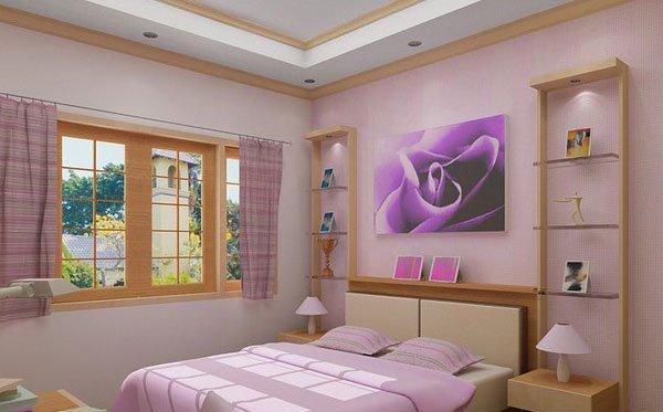 Phòng ngủ tông hồng tím, có giường, rèm cửa sổ, kệ và tranh treo tường
