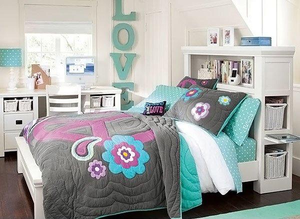 Phòng ngủ tông màu lạnh có giường, bàn ghế, cửa sổ
