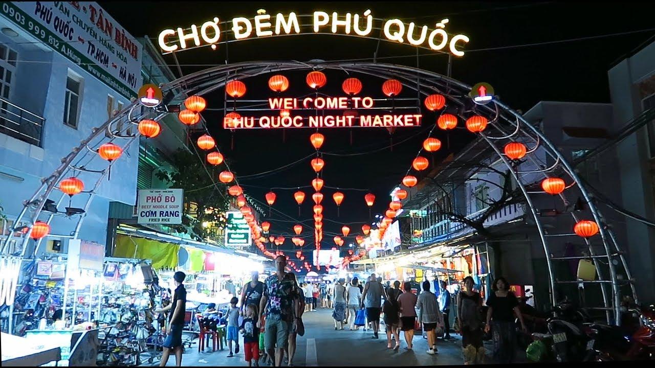nhiều người đi mua sắm trên tuyến phố ban đêm