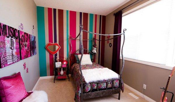 Phòng ngủ có giường, bàn ghế, chi tiết trang trí nhiều màu sắc cá tính
