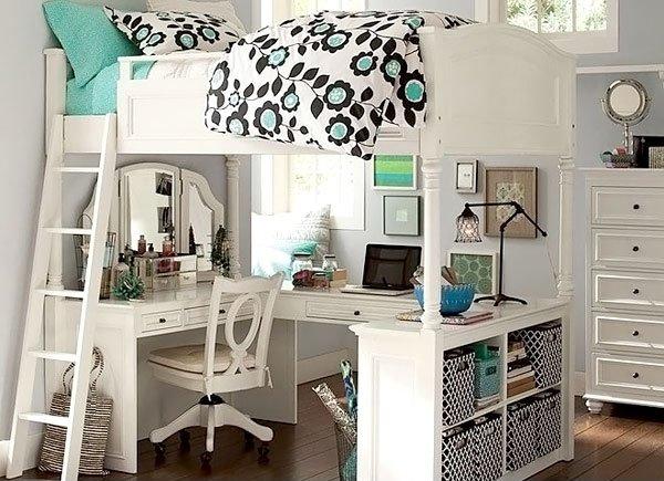 Phòng ngủ có khung giường trên cao, bàn ghế bên dưới