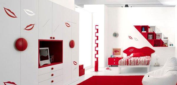 Phòng ngủ có giường, tủ, kệ, chi tiết trang trí hình đôi môi