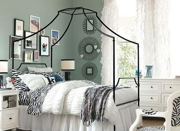 Phòng ngủ tông lạnh, có giường, cửa sổ, tranh ảnh trang trí trên tường