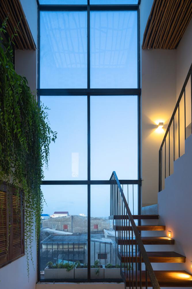 Ảnh chụp không gian nội thất, cầu thang, cửa kính nhìn ra bên ngoài