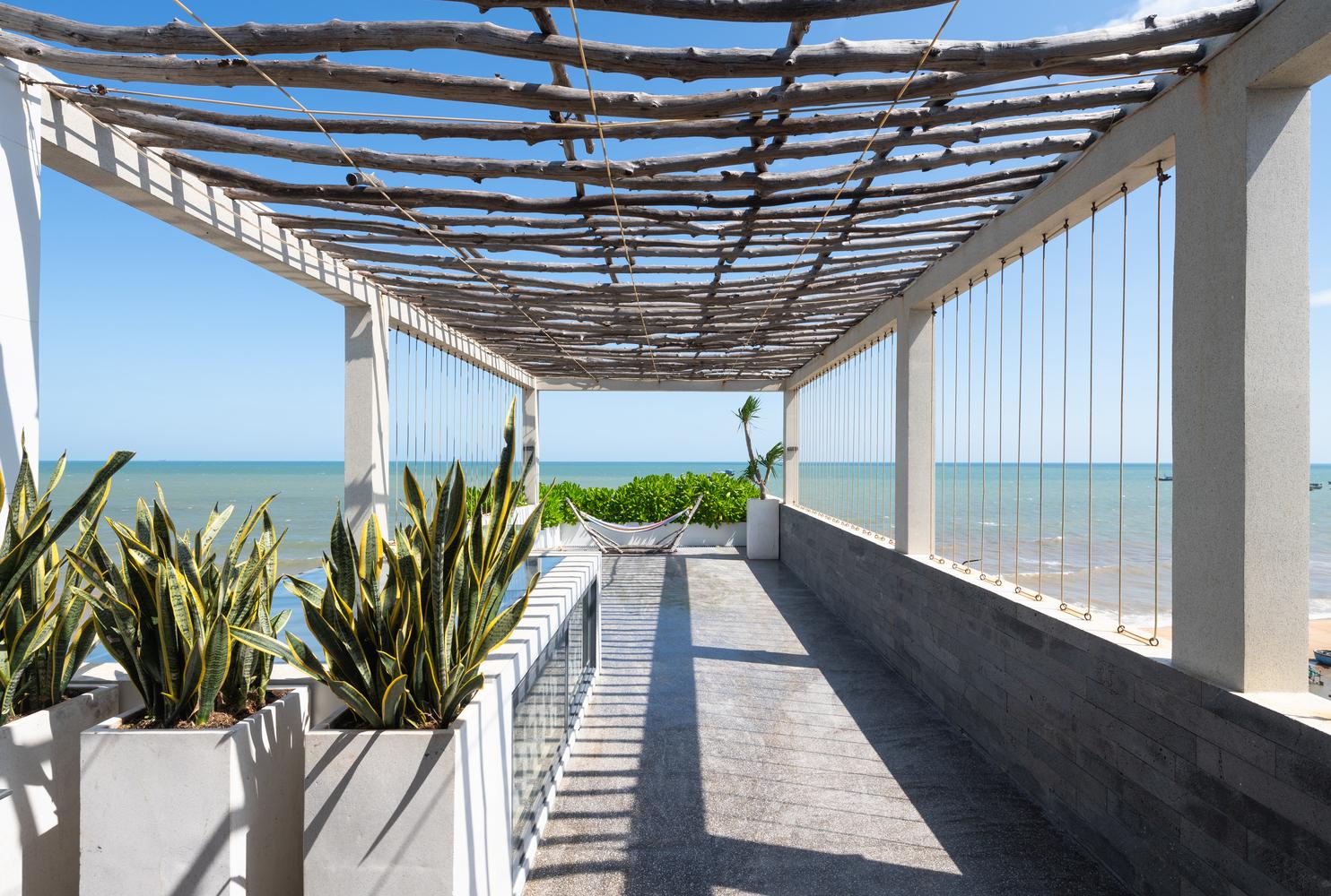 Sân thượng trông cây cảnh, nhìn ra biển