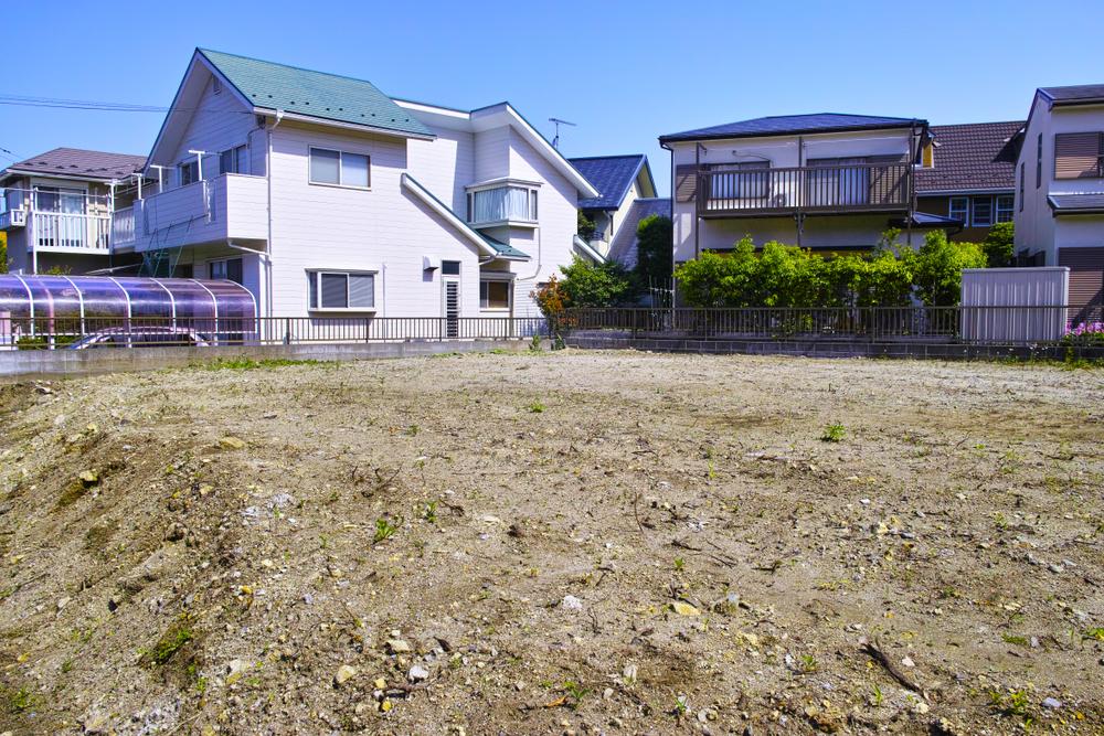 Có nhiều ngôi nhà và bãi đất thổ cư trống