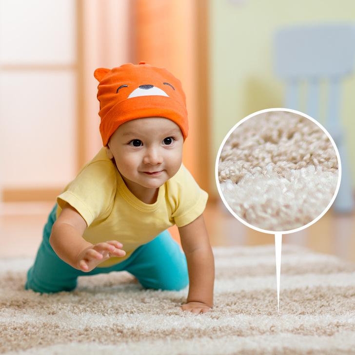 Em bé bò trên thảm