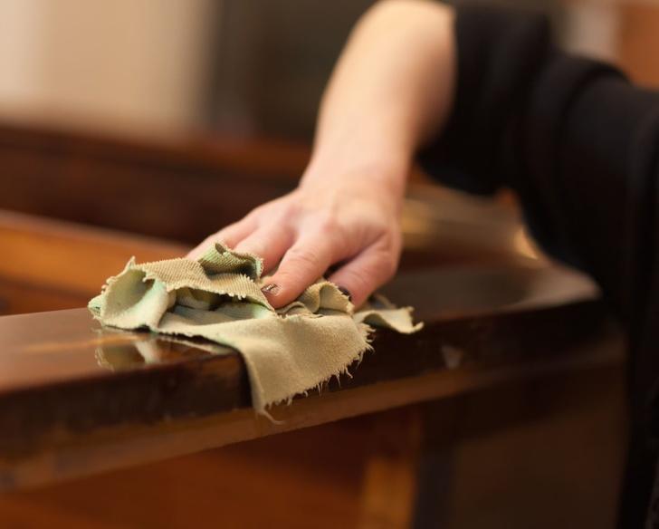 Bàn tay lau chùi đồ gỗ