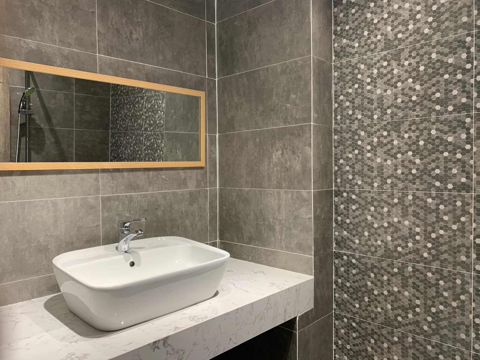 Bồn rửa mặt trong phòng tắm