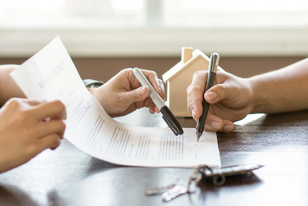 Hai người đang ký kết hợp đồng thuê nhà.