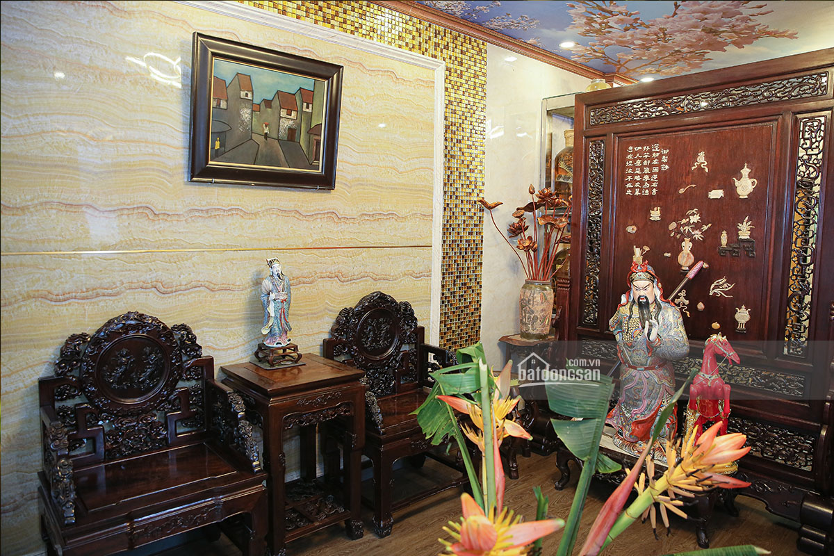 Phòng khách bày nhiều đồ gỗ mỹ nghệ