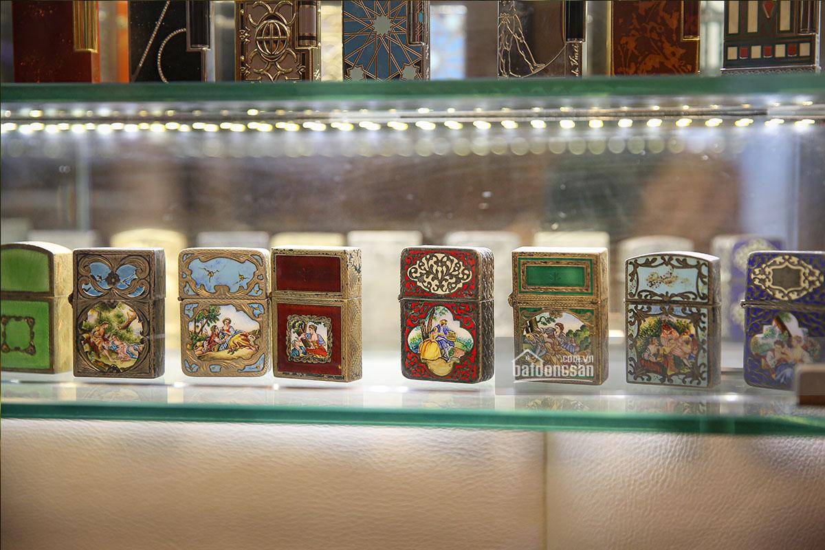 Các mẫu bật lửa đẹp, hiếm được bày trong tủ kính