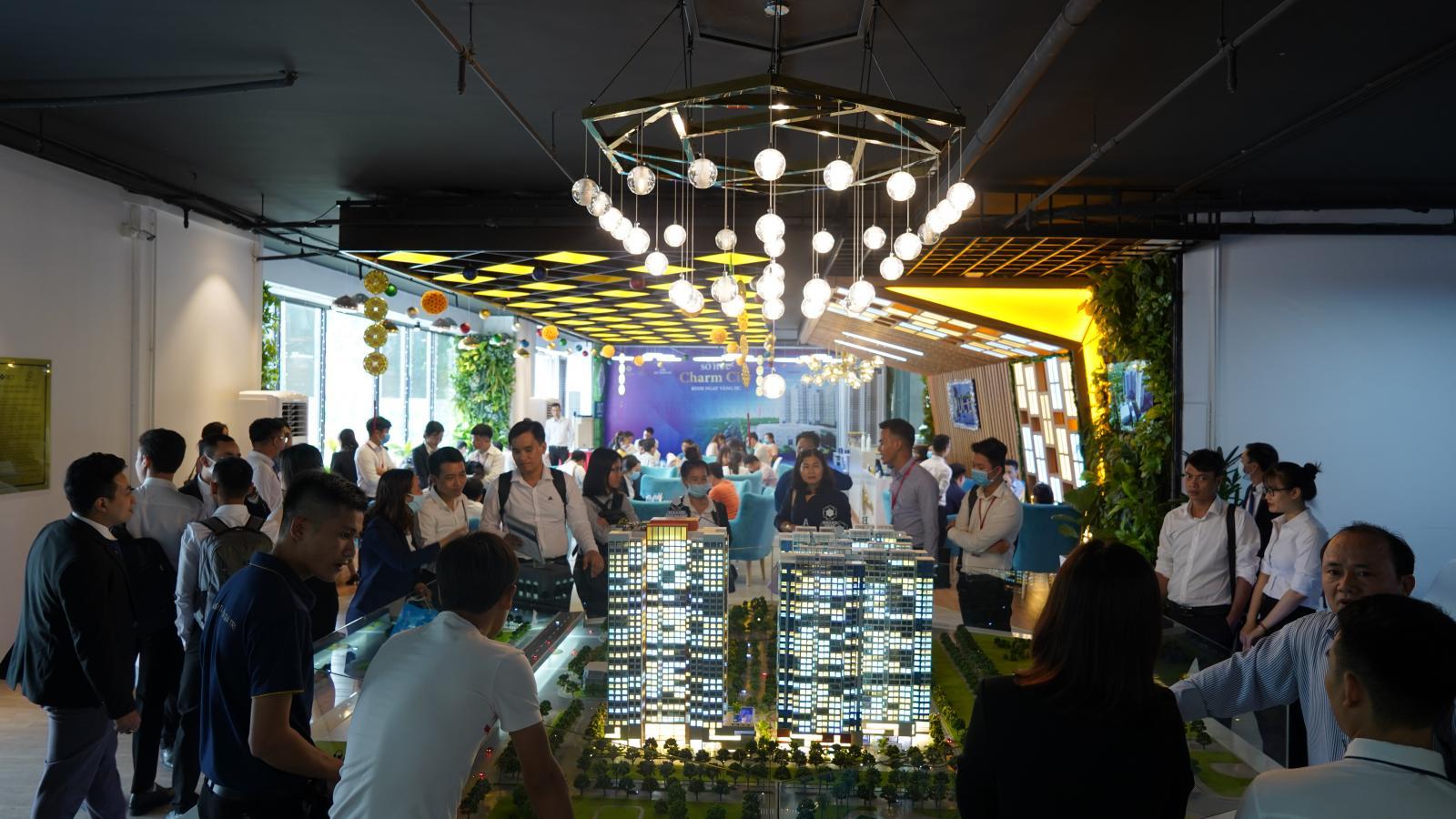 Nhiều khách hàng tham dự sự kiện tư vấn tại dự án Charm City