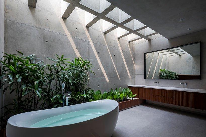 Phòng tắm có bồn tắm, cây xanh
