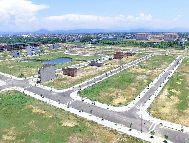 một khu đất trống được tách thửa thành nhiều mảnh đất bằng nhau